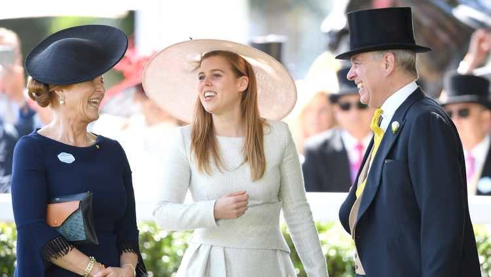El Príncipe Andrés y Sarah Ferguson ríen divertidos junto a Beatriz de York