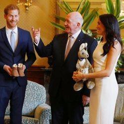 El Príncipe Harry y Meghan Markle reciben regalos para el hijo que esperan en Sydney