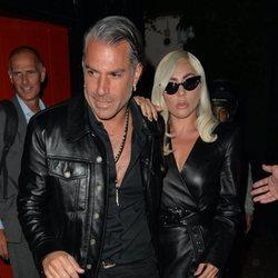 Lady Gaga y su prometido Christian Carino