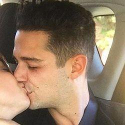 Sarah Hyland y su novio Wells Adam en un coche