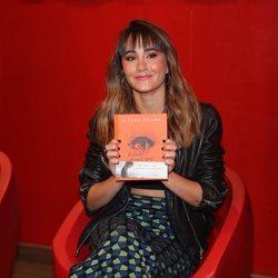 Aitana Ocaña con su libro 'La tinta de mis ojos' entre las manos