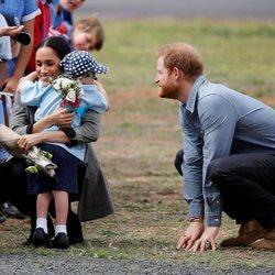 Meghan Markle abraza a un niño junto al Príncipe Harry en Australia