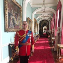 El Príncipe Andrés en una área privada de Buckingham Palace