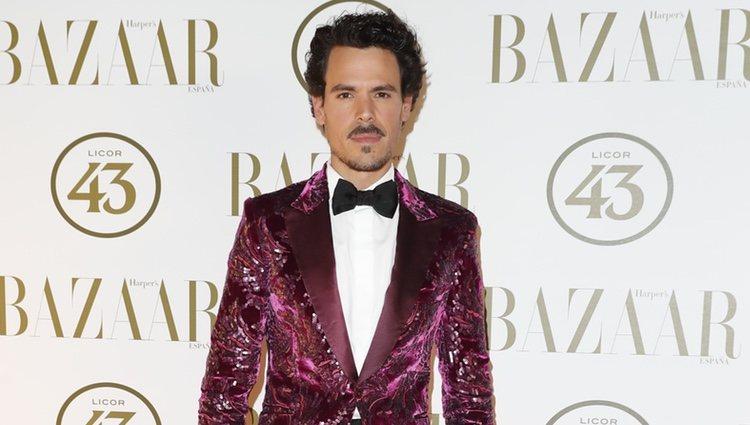 Juan Avellaneda en la alfombra roja de los Premios Harper's Bazaar Actitud 43 2018