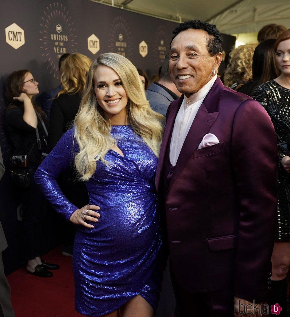 Carrie Underwood y Smokey Robinson en los premios CMT