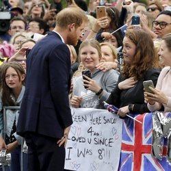 El Príncipe Harry con unas fans en Melbourne