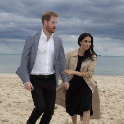 El Príncipe Harry y Meghan Markle en la playa de Melbourne