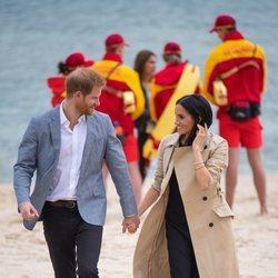 El Príncipe Harry y Meghan Markle pasean enamorados por las playas de Melbourne