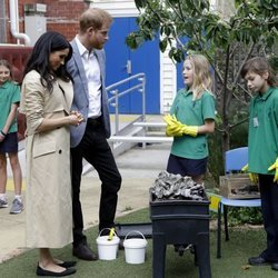 El Príncipe Harry y Meghan Markle con unas niñas en un colegio de Melbourne