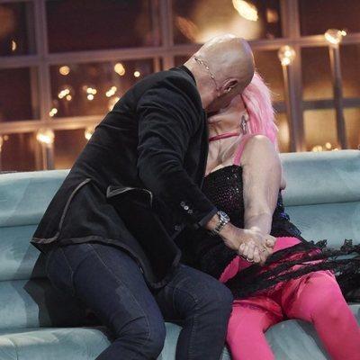 Kiko Matamoros dando un apasionado beso a Aramís Fuster durante la sexta gala de 'GH VIP 6'
