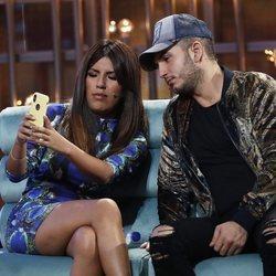 Chabelita Pantoja y Omar Montes haciéndose una foto en la sexta gala de 'GH VIP 6'