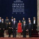 Los Reyes y Felipe y Letizia con los galardonados en los Premios Princesa de Asturias 2018