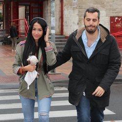 Aurah Ruiz con un redactor de 'GH VIP 6' a su llegada al juicio contra Jesé Rodríguez