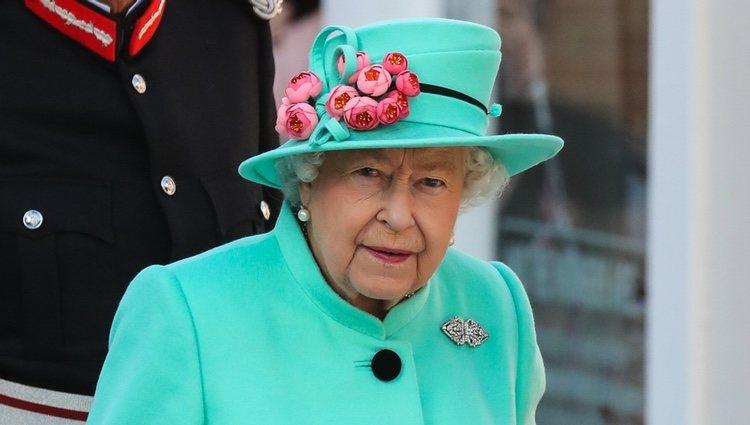 La Reina Isabel II en la inauguración de un centro comercial en Bracknell, Reino Unido