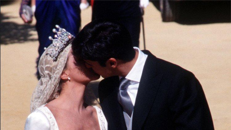Eugenia Martínez de Irujo y Fran Rivera se besan a la salida de la Catedral de Sevilla el día de su boda