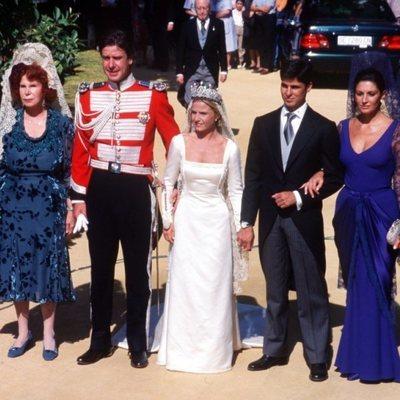 Eugenia Martínez de Irujo y Fran Rivera posan a la salida de su boda con Carmina Ordóñez, Cayetano Martínez de Irujo y la Duquesa de Alba