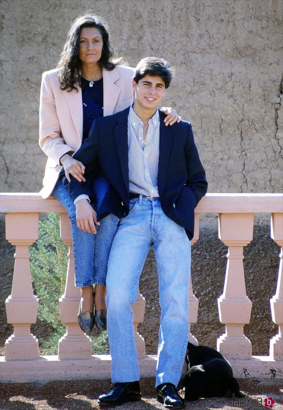 Carmina Ordóñez agarra cariñosamente a su hijo Fran Rivera