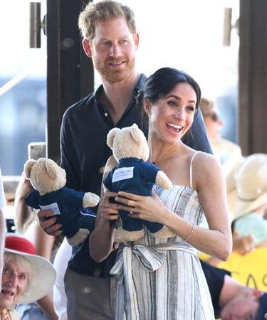 El Príncipe Harry y Meghan Markle reciben regalos en Fraser Island