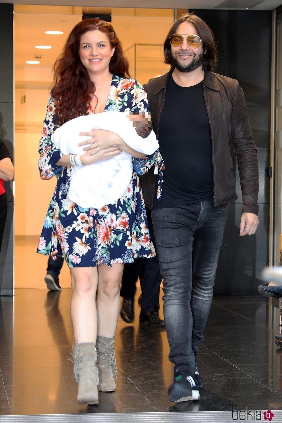 Joaquín Cortés y Mónica Moreno a la salida del hospital tras convertirse en padres