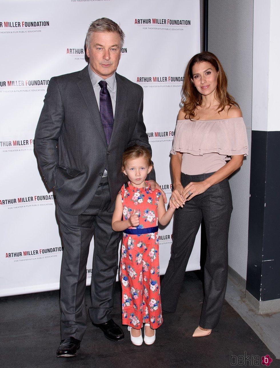 Hilaria Thomas, Alec y Carmen Gabriela Baldwin en la Arthur Miller Foundation Event