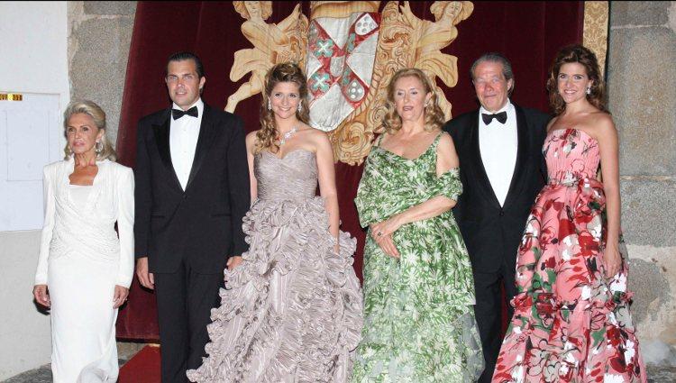 Miguel y Beatriz de Orleans en la boda de su hijo Carlos Felipe de Orleans con Diana de Cadaval