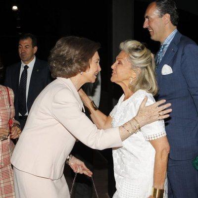 La Reina Sofía saludando a Beatriz de Orleans