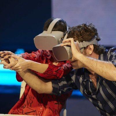 Úrsula Corberó y Álvaro Cervantes visitando a través de realidad virtual su instituto