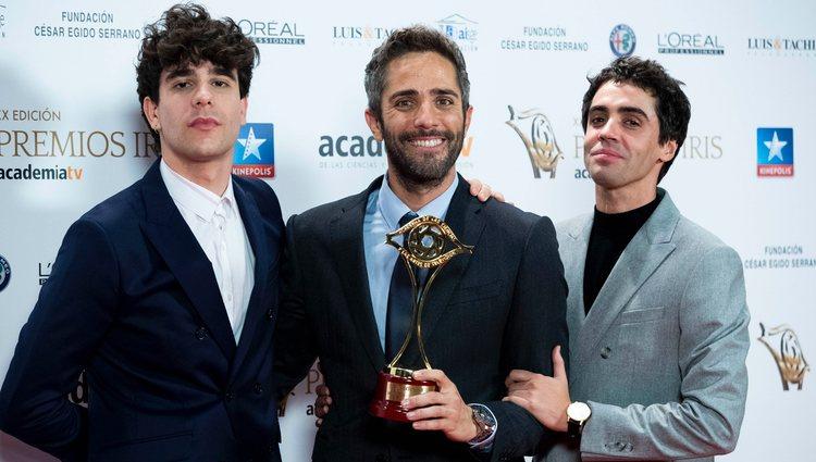 Javier Calvo, Roberto Leal y Javier Ambrossi con un Premio Iris 2018