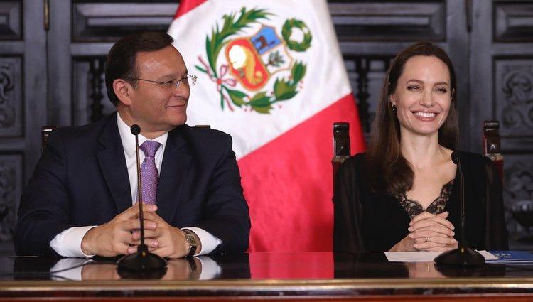 Angelina Jolie y el Ministro de Relaciones Exteriores de Perú en rueda de prensa