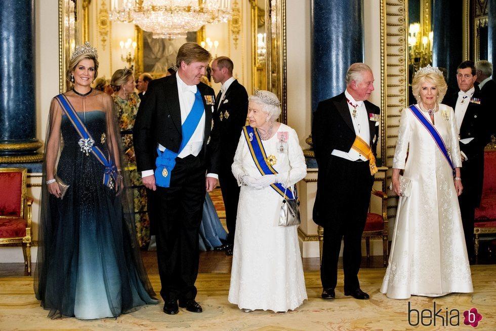 Guillermo Alejandro y Máxima de Holanda con la Reina Isabel, el Príncipe Carlos y Camilla Parker en una cena de Estado en Buckingham Palace