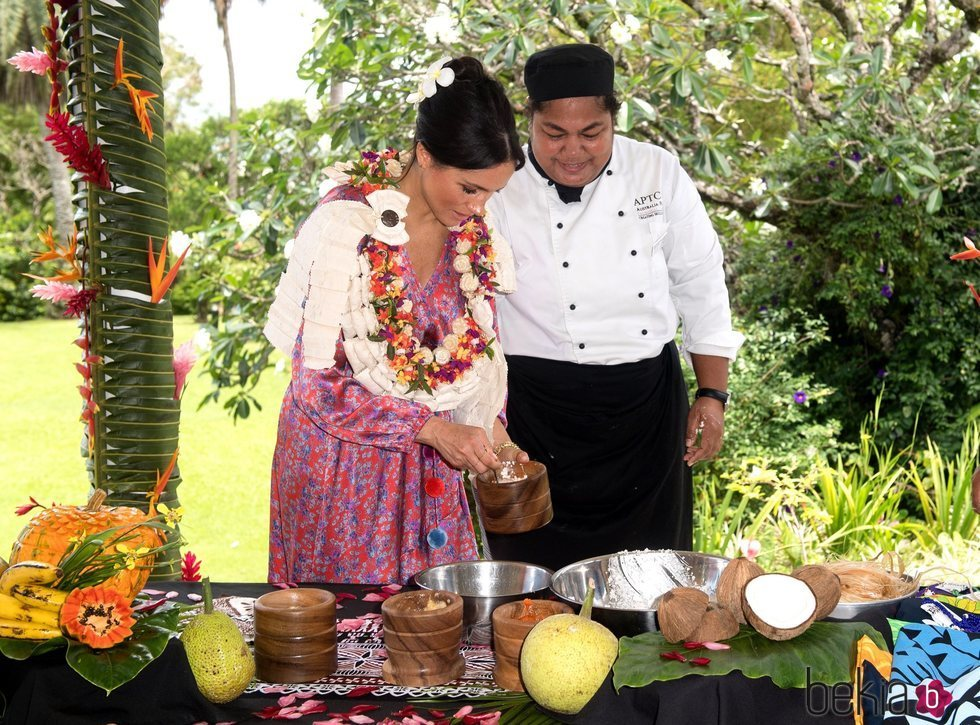 Meghan Markle sirviendo comida en Fiji