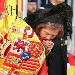 La Reina Sofía besa la bandera de España