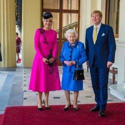 Guillermo Alejandro y Máxima de Holanda con la Reina Isabel en el Palacio de Buckingham