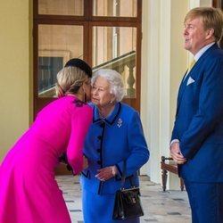 Guillermo Alejandro y Máxima de Holanda se despiden de la Reina Isabel