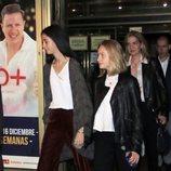 Victoria Federica cogiendo de la mano a Irene Urdangarin a su salida de ver el musical 'El médico'