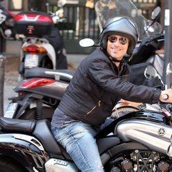 Eros Ramazzotti montando en moto en Milán