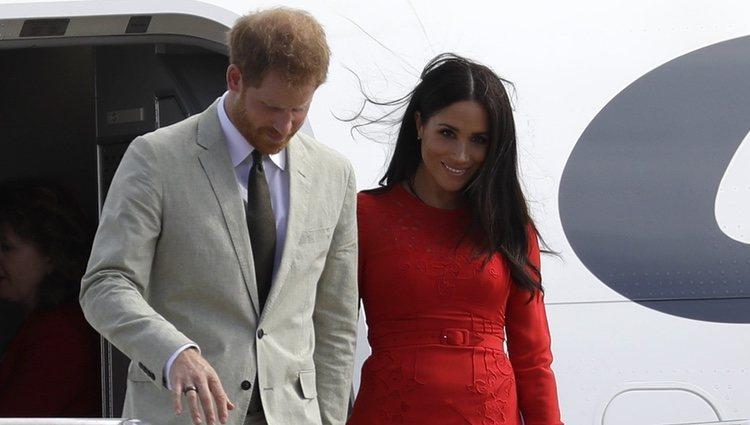 Los Duques de Sussex llegando a Tonga dentro de su gira por Oceanía