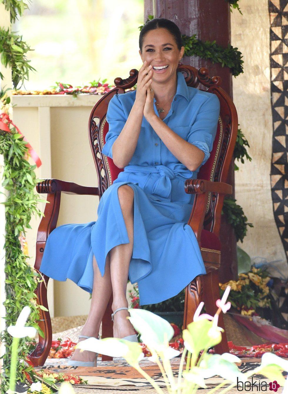 Meghan Markle riéndose en su visita a una escuela de Tonga