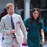 Los Duques de Sussex cogidos de la mano llegando a un acto en Fiji
