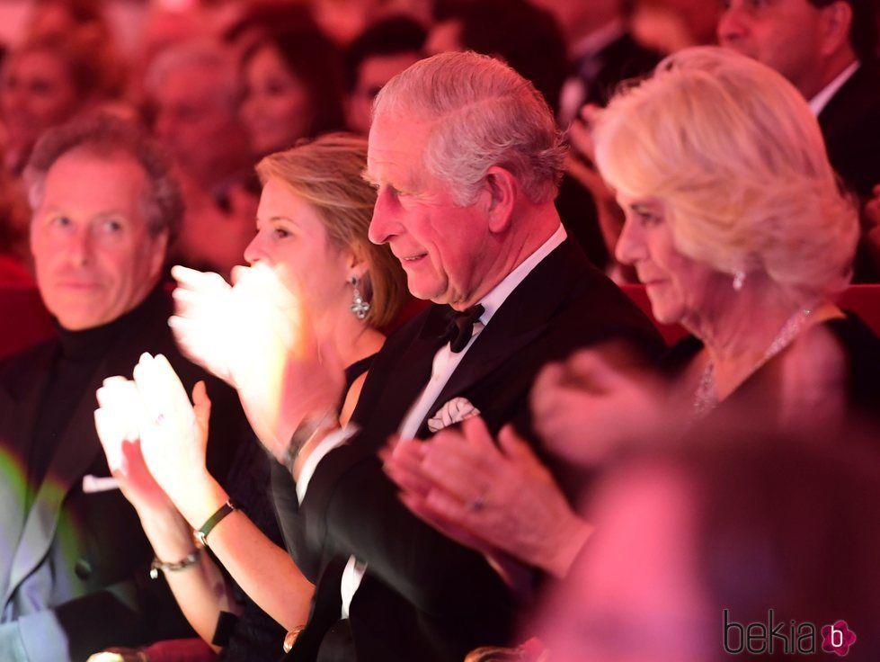 El Príncipe Carlos de Inglaterra con Camilla Parker en la gala de celebración de su 70 cumpleaños