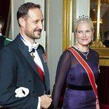 El Príncipe Haakon y la Princesa Mette-Marit en una cena de gala