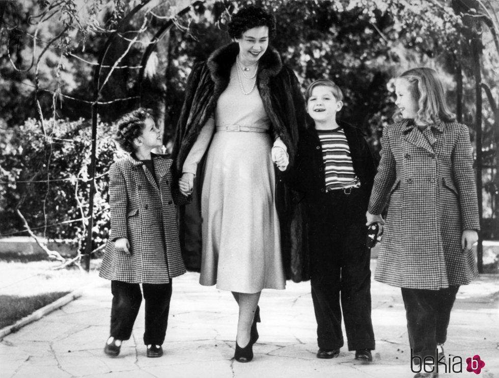 La Princesa Sofía con su madre, la Reina Federica y sus hermanos en los jardines del Palacio real de Atenas