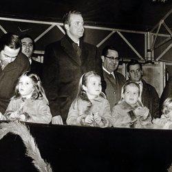 Constantino de Grecia junto a los Príncipes de España y sus hijos en una cabalgata navideña