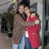 Alba Flores y Guillermo Furiase Jr. se abrazan con cariño
