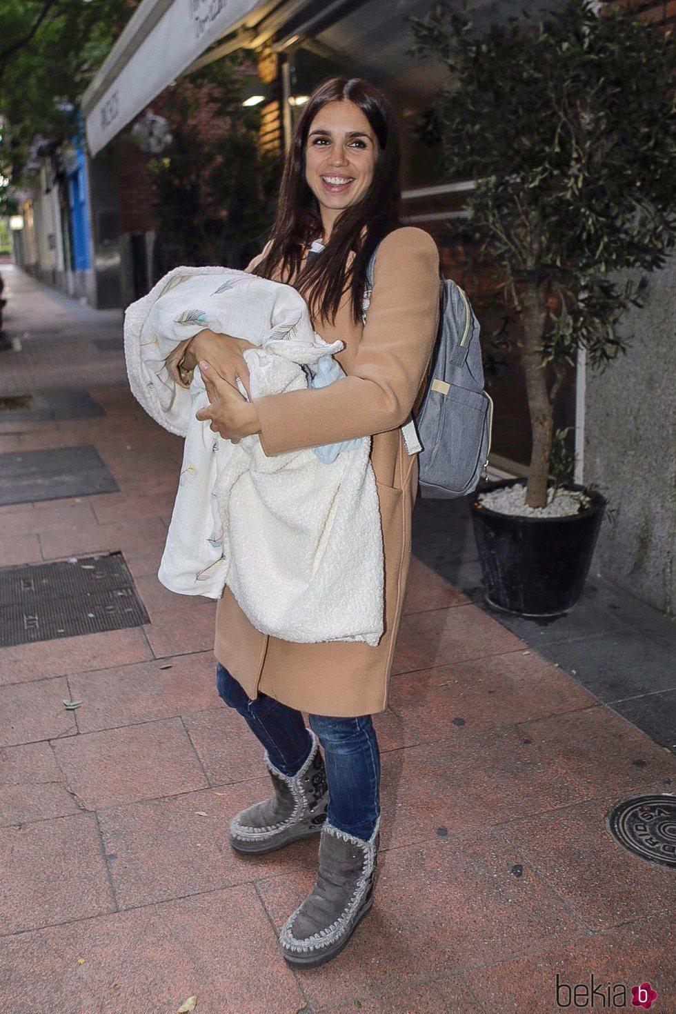 Elena Furiase sostiene a su hijo Noah en brazos