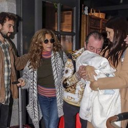 Elena Furiase, Gonzalo Sierra y Lolita Flores junto al pequeño Noah