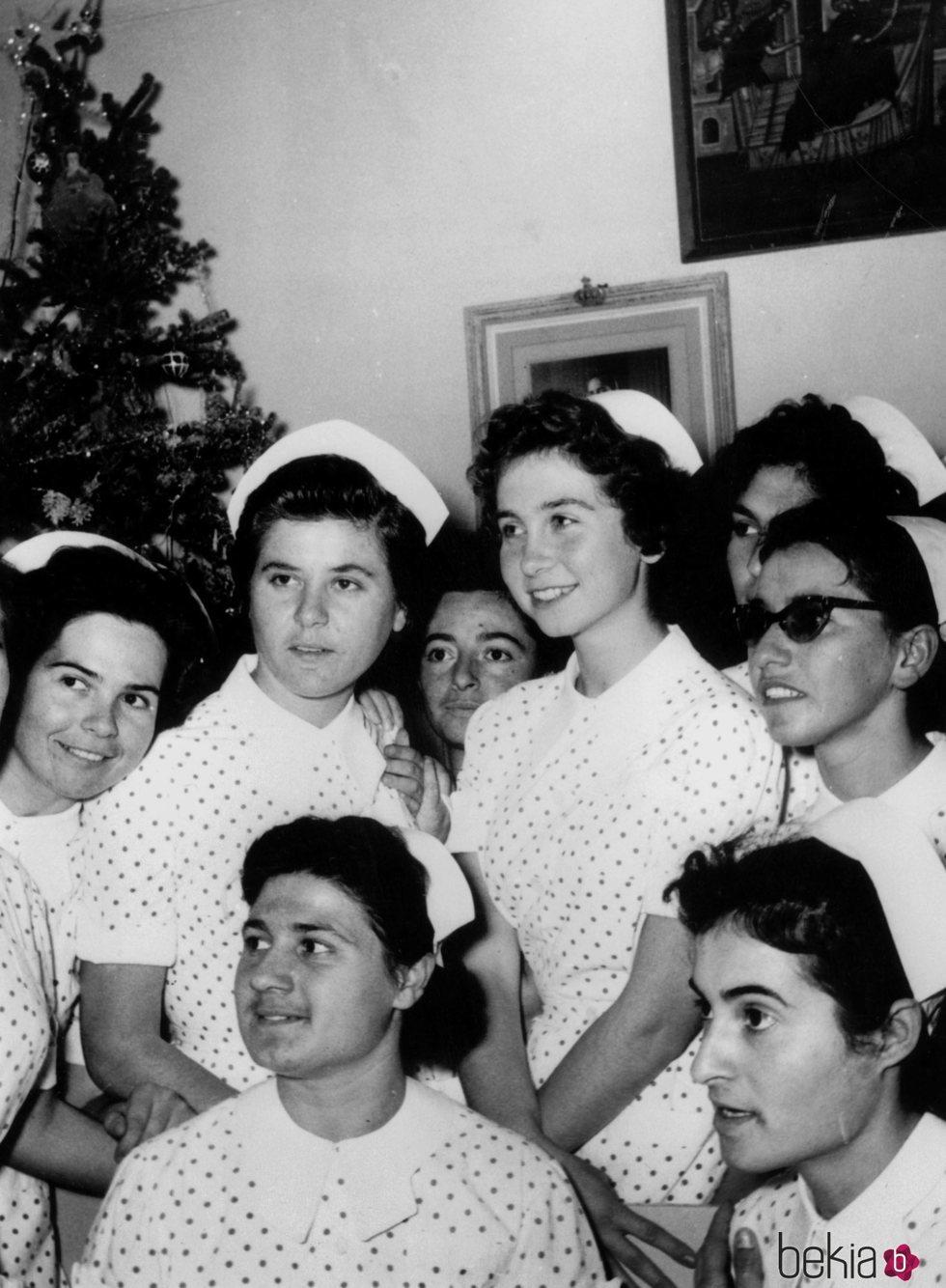 La Reina Sofía con sus compañeras cuando era enfermera