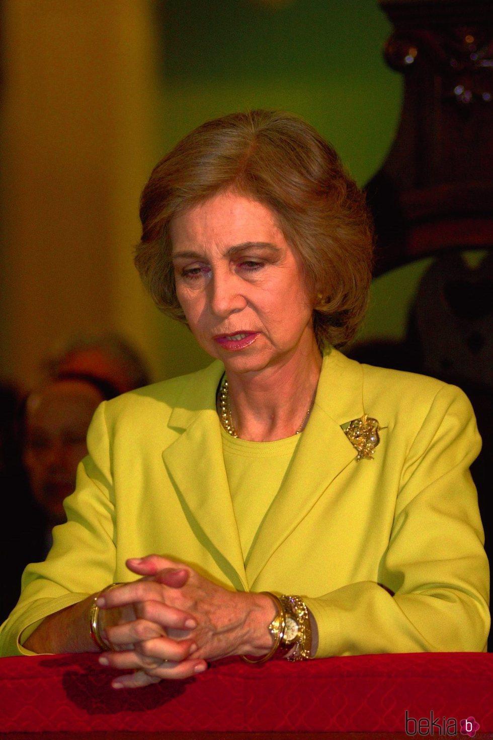 La Reina Sofía rezando