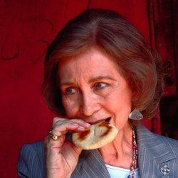 La Reina Sofía comiendo una galleta