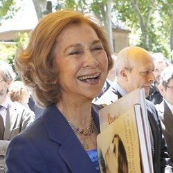 La Reina Sofía con dos libros